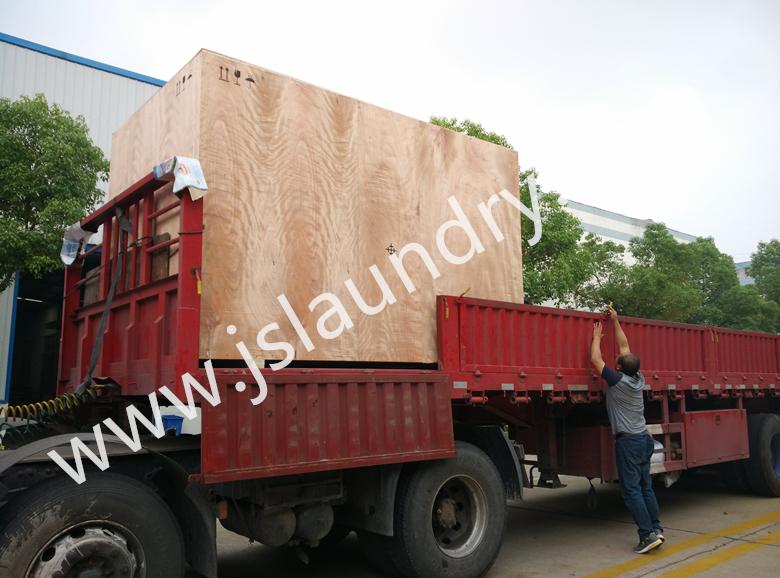 Cargamento industrial de la lavadora 200kgs en el carro